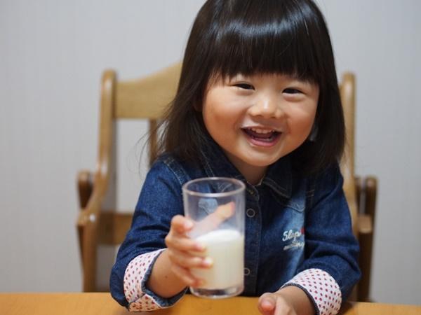 牛乳を飲む子供