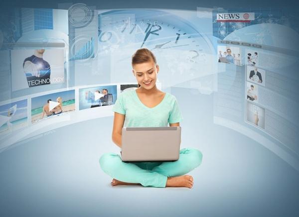 たくさんの映像配信サービスを見ている女性