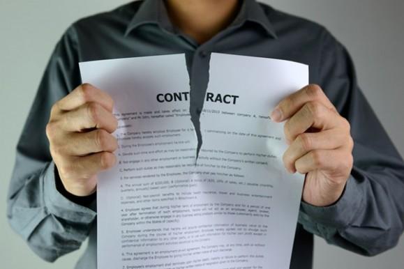 契約書を破る動作