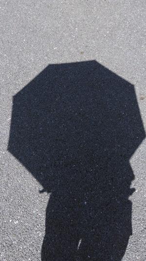 黒い雨傘を指したときの遮光性
