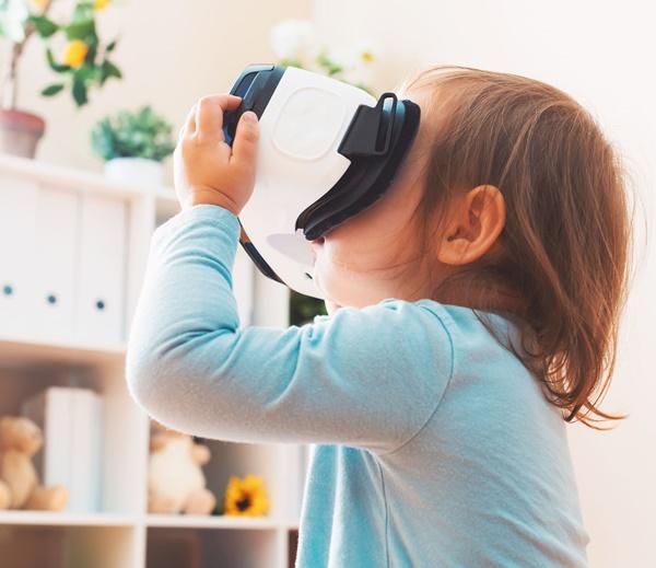 VRメガネを使う子供