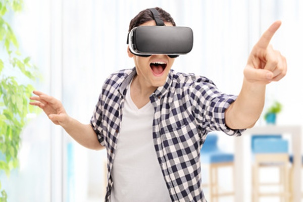 VRヘッドセットをはめている男性